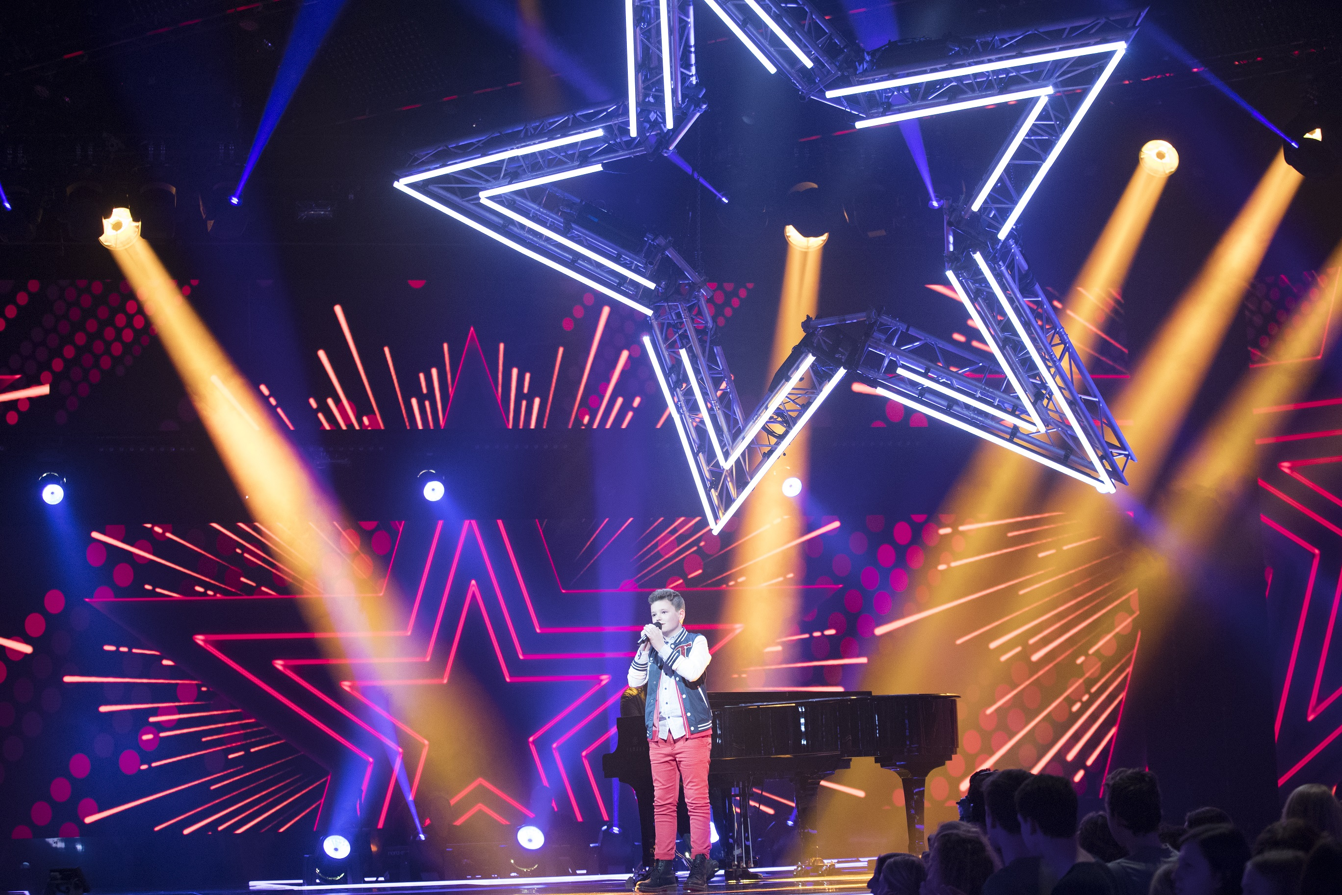 Philips Entertainment Lightingu0027s new Philips VL6000 Beams. Download high-res & Philips Lighting makes contestants shine on The Voice Kids Holland ...