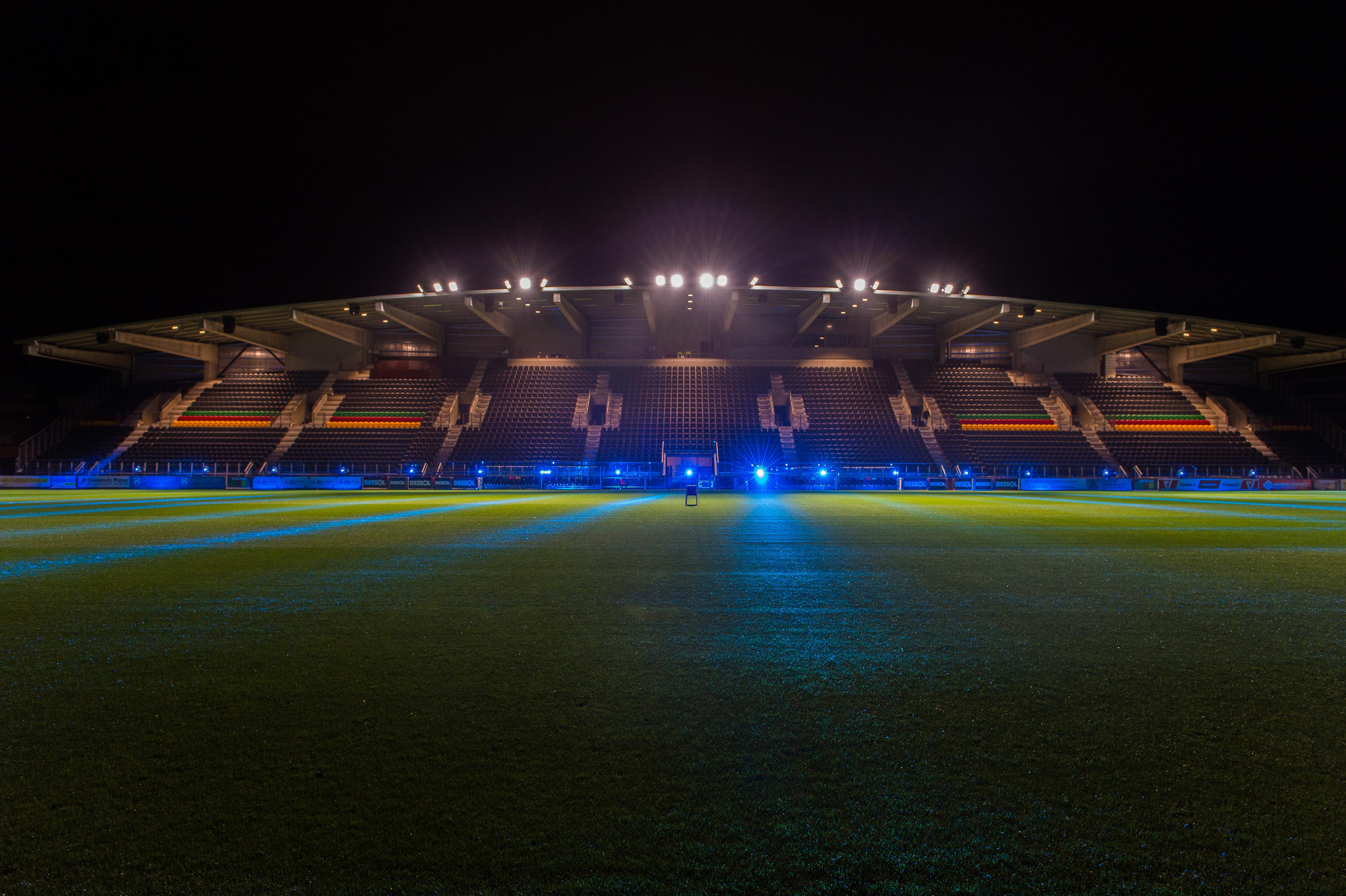Vernieuwde Versluys Arena van KV Oostende verlicht met LED van ...