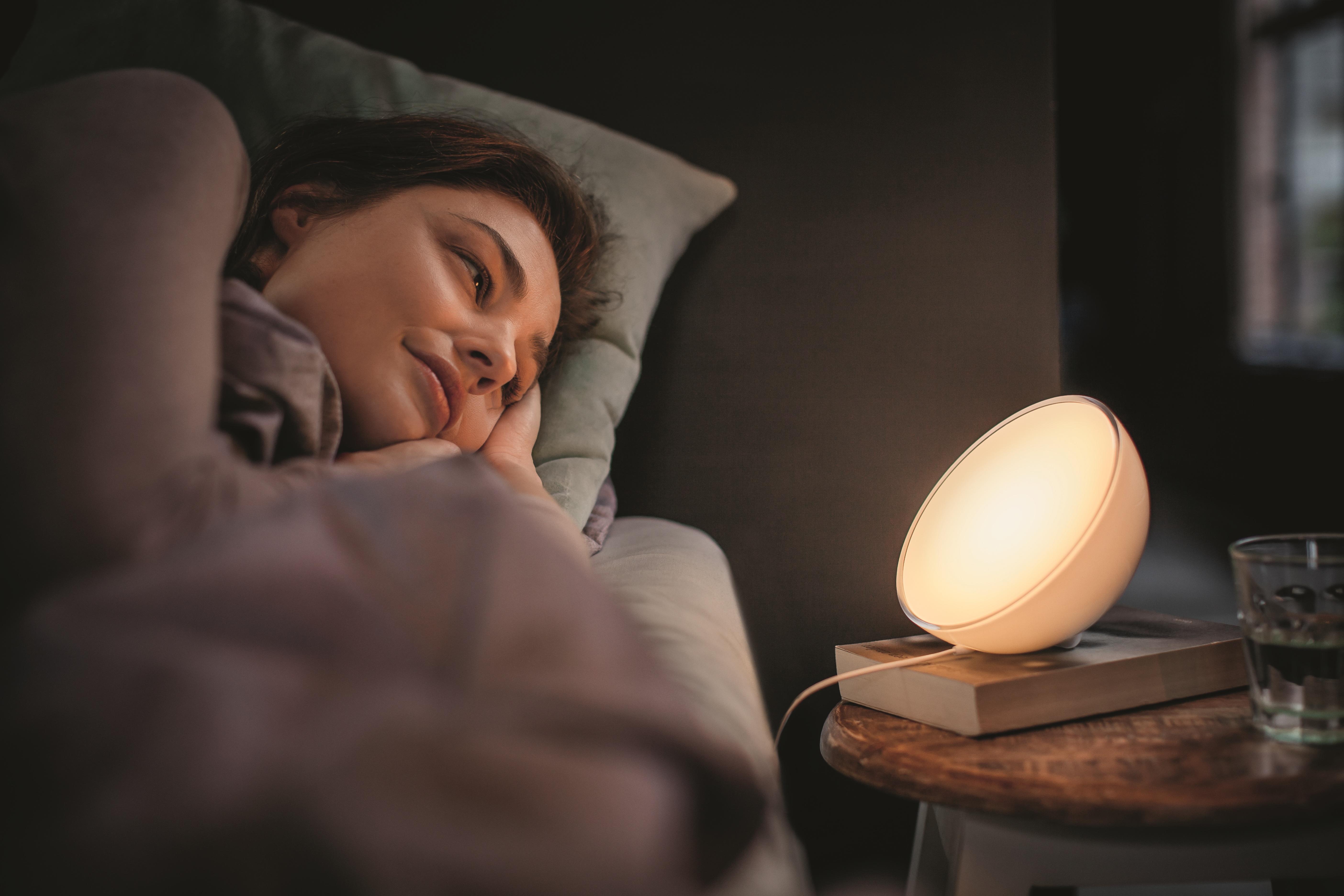 Slaapkamer Lamp Philips : Binnen of buiten met de nieuwe philips hue go volgt het licht jou
